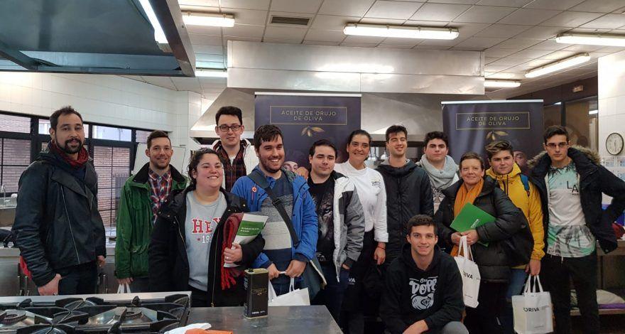 Alumnos del CIFP de Hostelería y Turismo de Asturias, participando en El Duelo y cocinando con Aceite de Orujo de Oliva