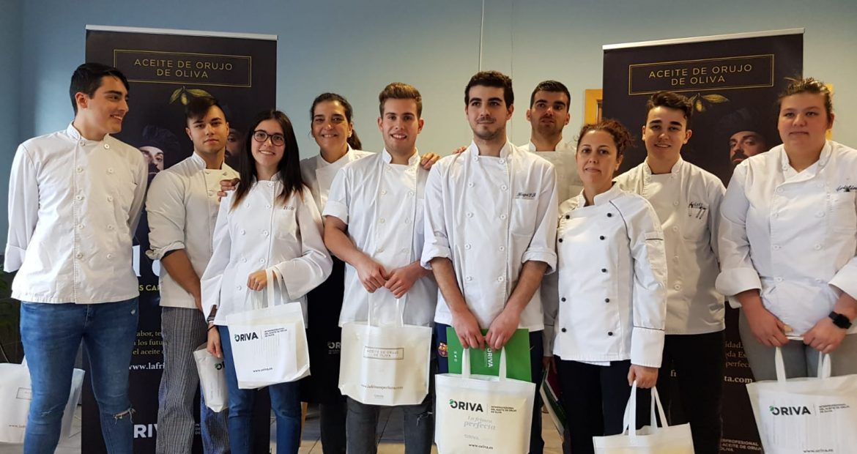 Alumnos del IES de Llanes, participando en El Duelo y cocinando con Aceite de Orujo de Oliva