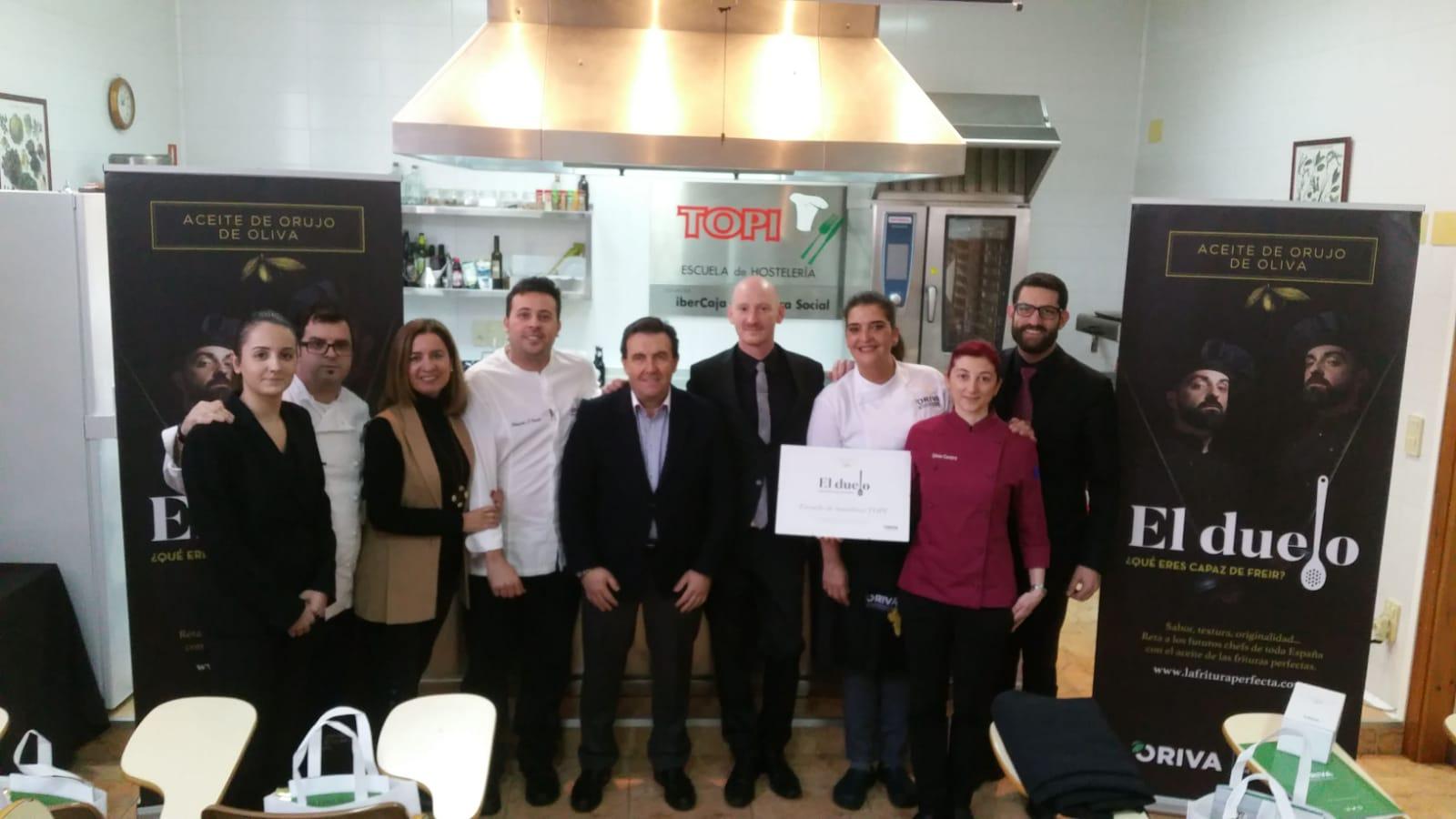 Alumnos y el presidente de ORIVA en Escuela de Hostelería TOPI de Zaragoza, cocinando con Aceite de Orujo de Oliva