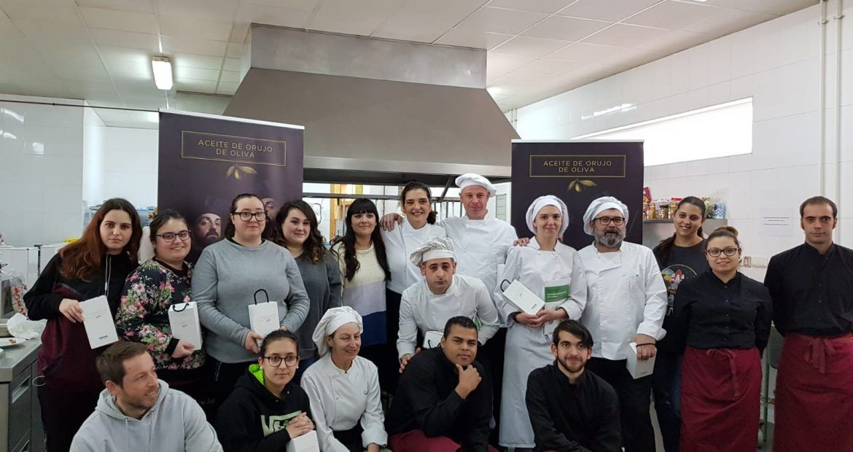 Participantes del IES Valle del Aller, cocinando con Aceite de Orujo de Oliva- ORIVA en El Duelo.